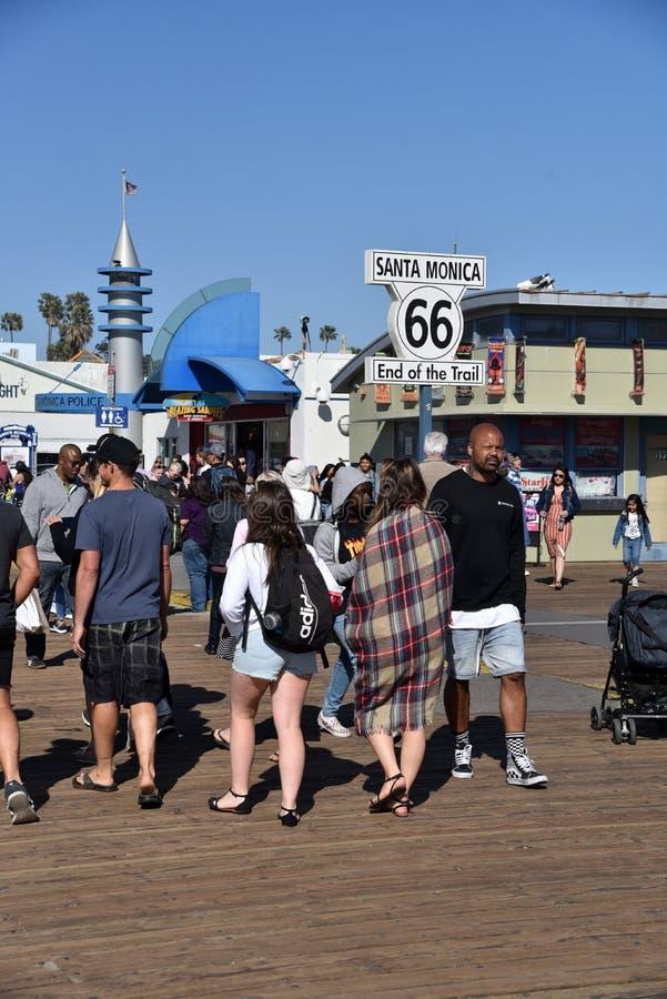 Beëindigen van Route 66 -Teken op Santa Monica Pier stock fotografie