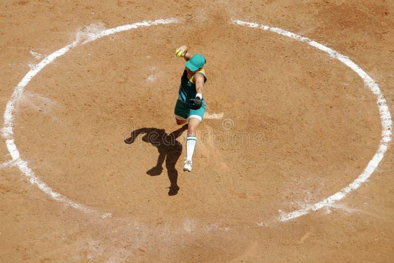 Beísbol con pelota blanda 01 de la mujer imágenes de archivo libres de regalías