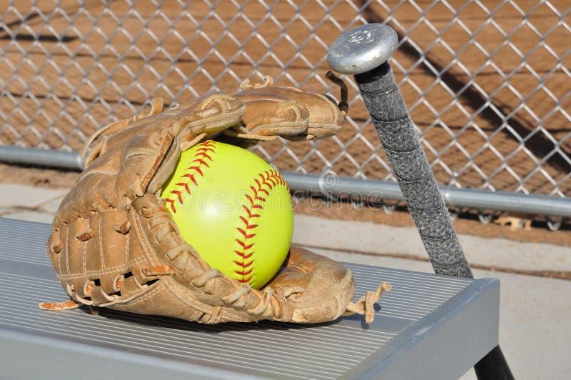 Beísbol con pelota blanda amarillo, palo, y guante foto de archivo libre de regalías