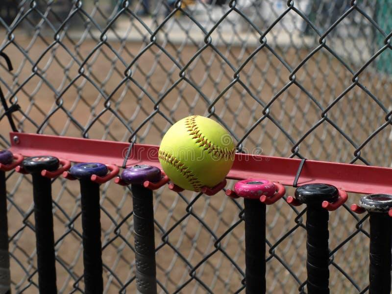 Beísbol con pelota blanda amarillo y palos imágenes de archivo libres de regalías