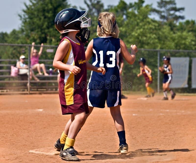 Beísbol con pelota blanda de la chica joven imagen de archivo libre de regalías
