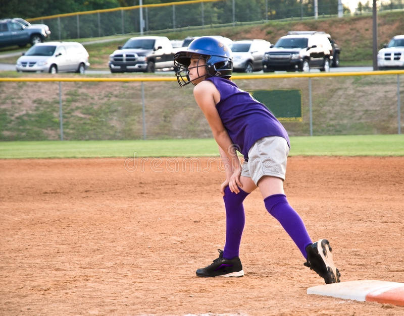 Beísbol con pelota blanda de la chica joven imagen de archivo