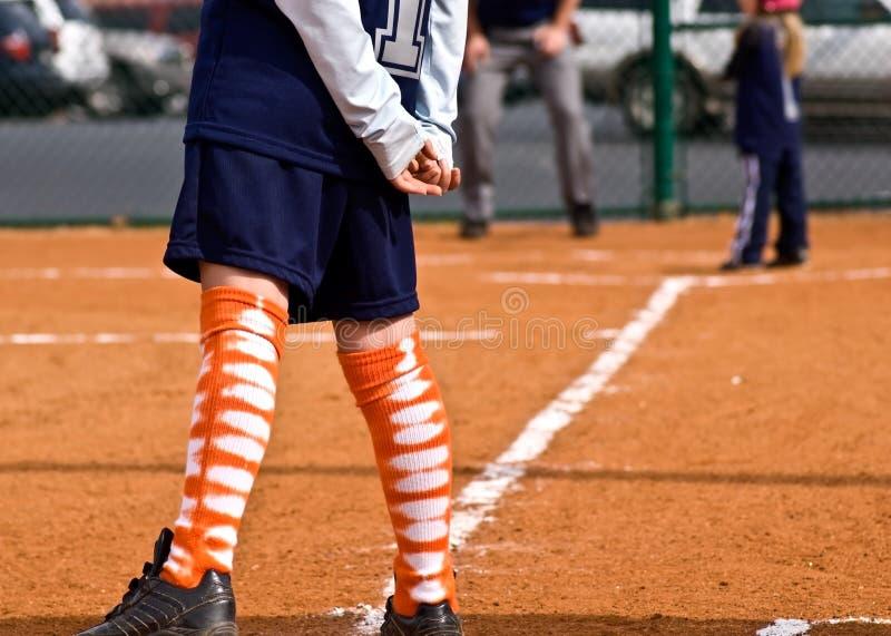Beísbol con pelota blanda del corredor/de la tercera base/de las muchachas imagen de archivo