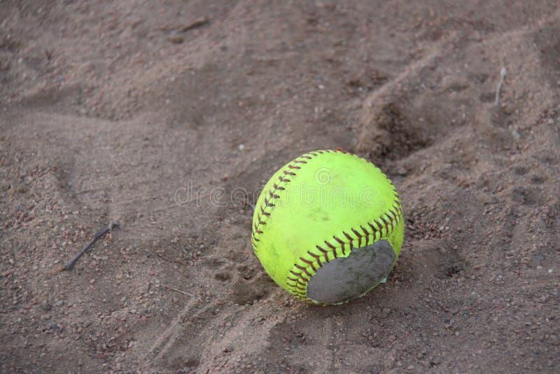 Beísbol con pelota blanda en suciedad fotos de archivo libres de regalías