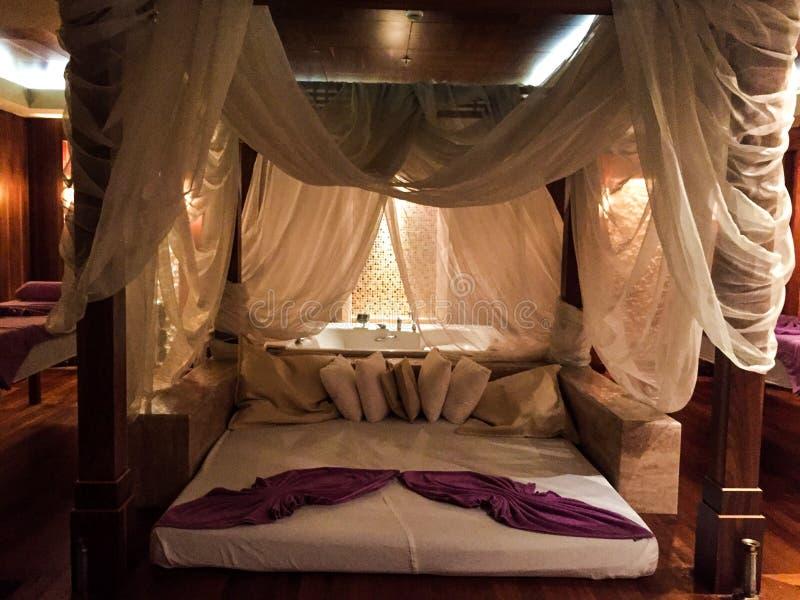 Beżowa hotelowa sypialnia zdjęcie royalty free