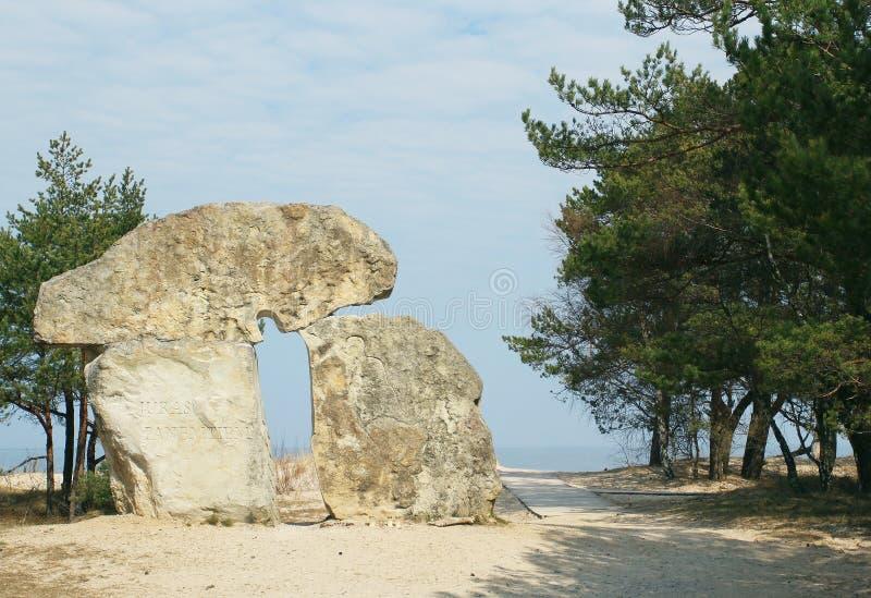 Beżowa kamienna pomnikowa pozycja przy seashore w Latvia fotografia stock