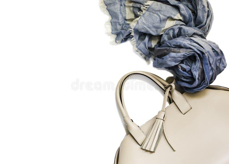 Beżowa kobiety torebka, błękitny szalik odizolowywający na białym tle i obrazy royalty free