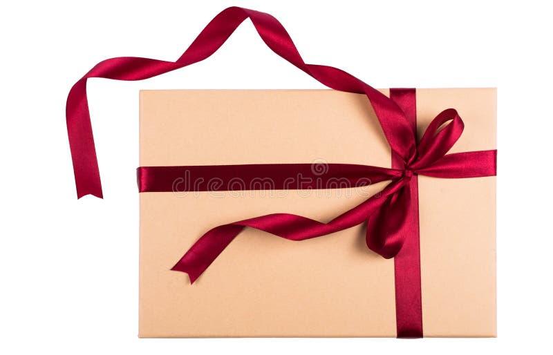 Beżowy prezenta pudełko z faborkiem odizolowywającym na bielu zdjęcie royalty free