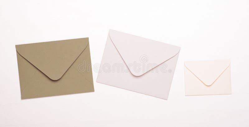 Beżu i bielu koperty na białym tle Poj?cie listy, wiadomo?ci, korespondencja, kopii przestrze?, odg?rny widok obrazy royalty free