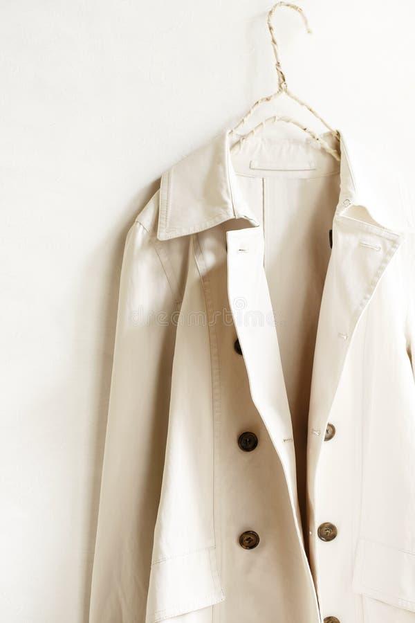 Beżu lub greige okopu elegancki żakiet odizolowywający nad bielem obraz stock