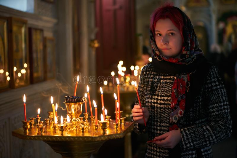 Be den unga kvinnan med stearinljuset royaltyfri foto