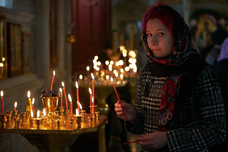 Be den unga kvinnan med stearinljuset royaltyfri bild