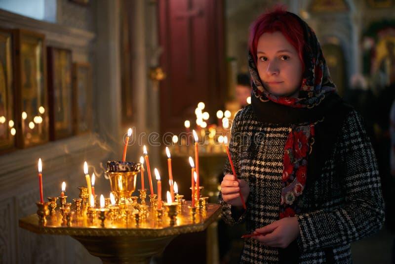 Be den unga kvinnan med stearinljuset arkivbilder