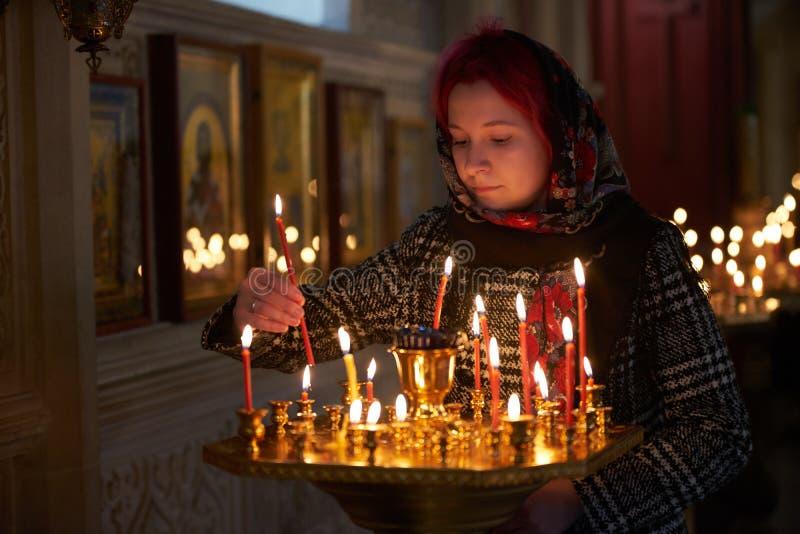 Be den unga kvinnan med stearinljuset arkivbild
