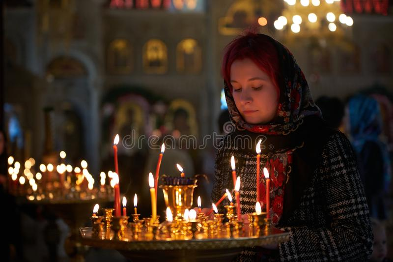 Be den unga kvinnan med stearinljuset royaltyfri fotografi