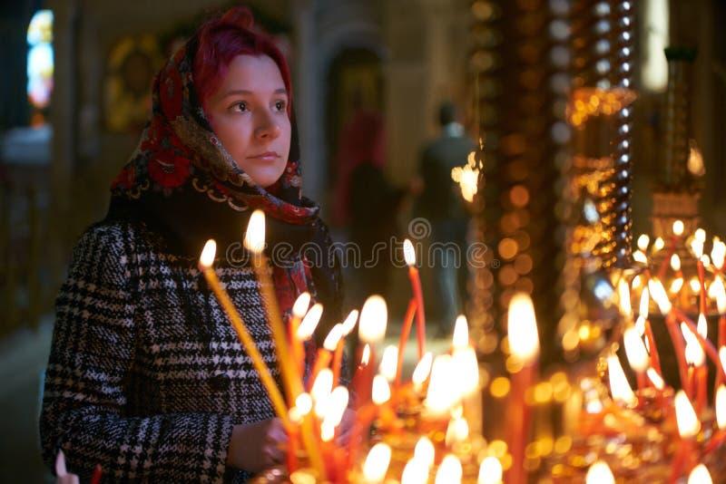 Be den unga kvinnan med stearinljuset arkivfoto