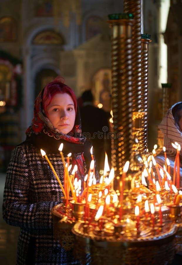 Be den unga kvinnan med stearinljuset arkivfoton