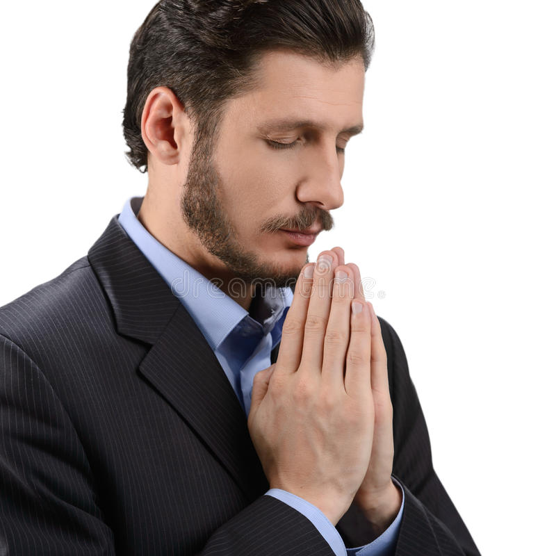 Be för affärsman. Stående av den skäggiga mannen som ber och rymmer royaltyfria foton