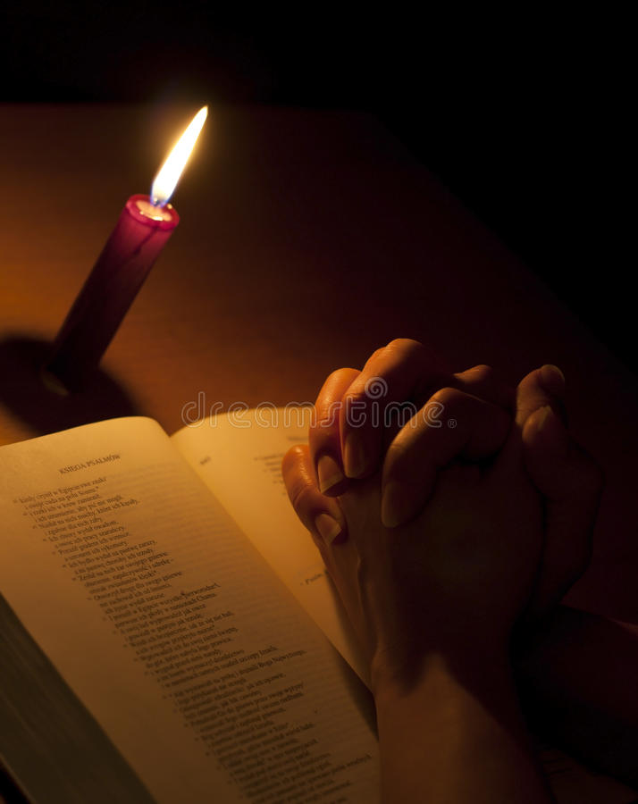 be för bibelstearinljushänder arkivfoton