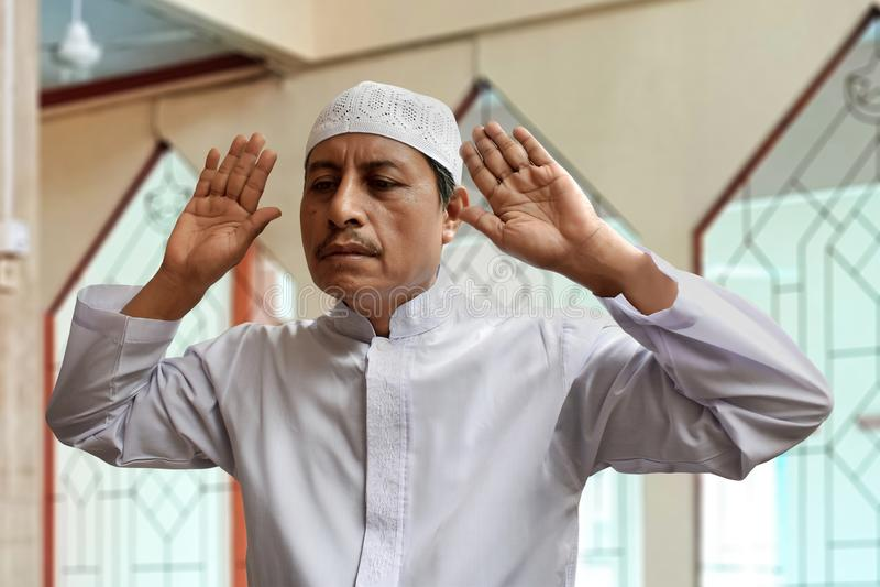 Be inre moské för gammal muslimman arkivbilder