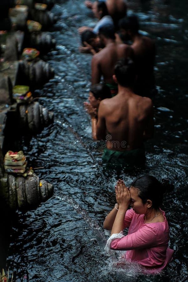 Be och rena sig på den Tirta Empul templet fotografering för bildbyråer