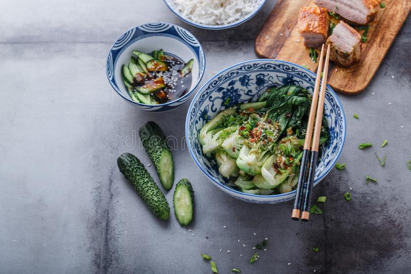 Be*wegen-gebraden bok choy en varkensvleesbuik, de Aziatische ruimte van het keukenexemplaar stock afbeeldingen