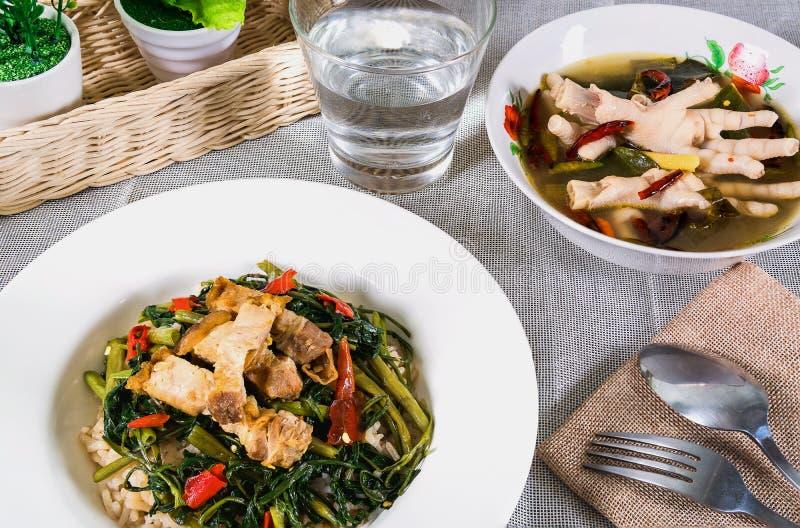 Be*wegen-gebraden groente met ochtendglorie en kippenbeen stock fotografie