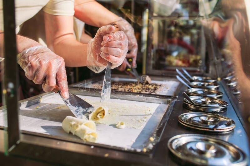 Be*wegen-gebraden roomijsbroodjes bij vorstpan Organisch, natuurlijk gerold roomijs, hand - gemaakt dessert royalty-vrije stock fotografie