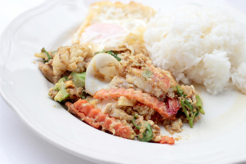 Be*wegen-gebraden Soft-shelled zeevruchten in kerriepoeder & Thaise jasmijnrijst royalty-vrije stock afbeeldingen