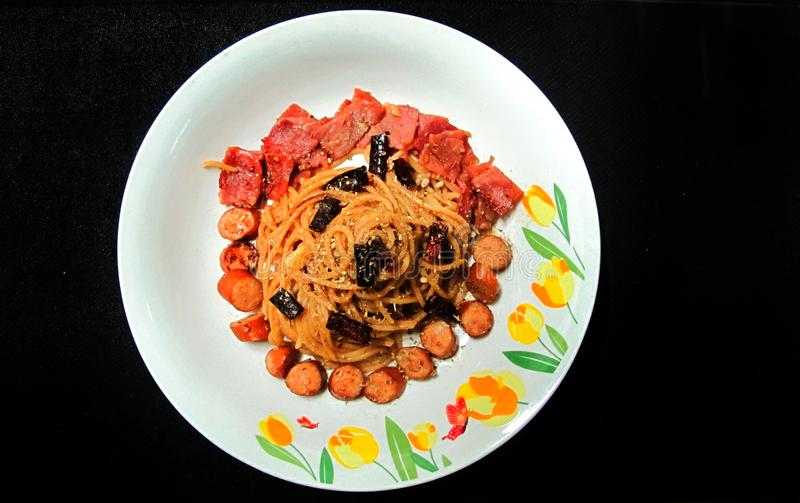 Be*wegen-gebraden Spaghetti met Droge Chili And-worst, ham royalty-vrije stock fotografie