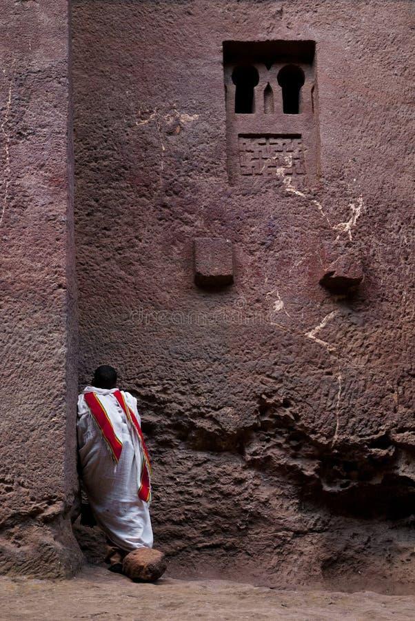 Be yttersidakyrka för präst i lalibelaen ethiopia fotografering för bildbyråer