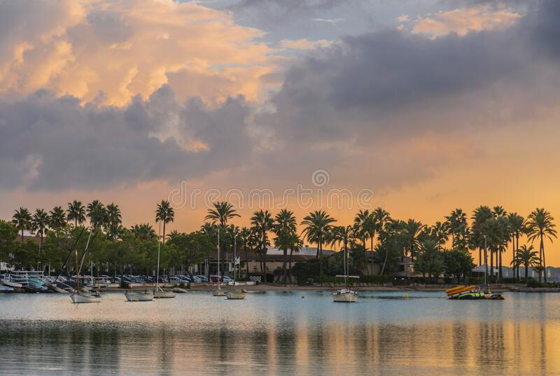 Beach of Alcudia town in sunset time stock afbeeldingen