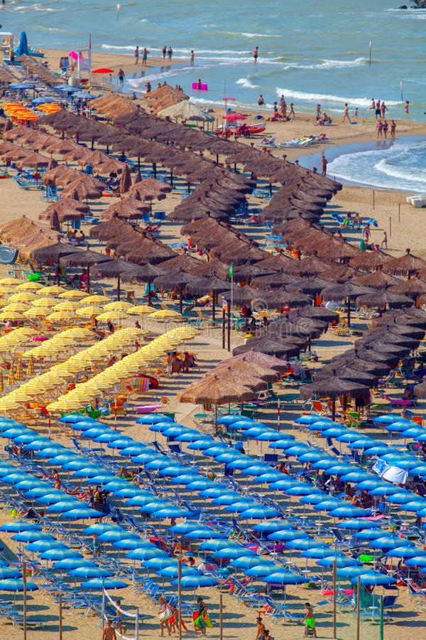 Free Beach And Adriatic Coast With A Multitude Seamsless Of Beach Umbrellas, Deckchairs And Vacationers Stock Photo - 150549140
