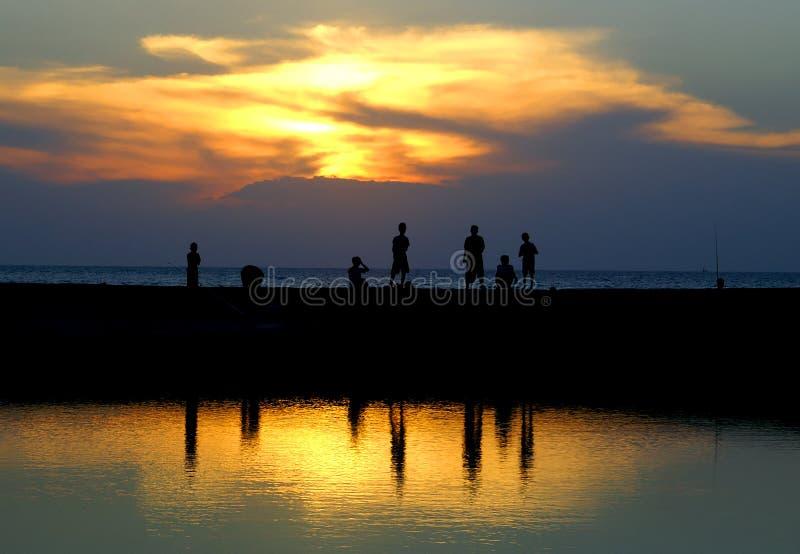 Beach Boys: Het spelen en Visserij stock foto's