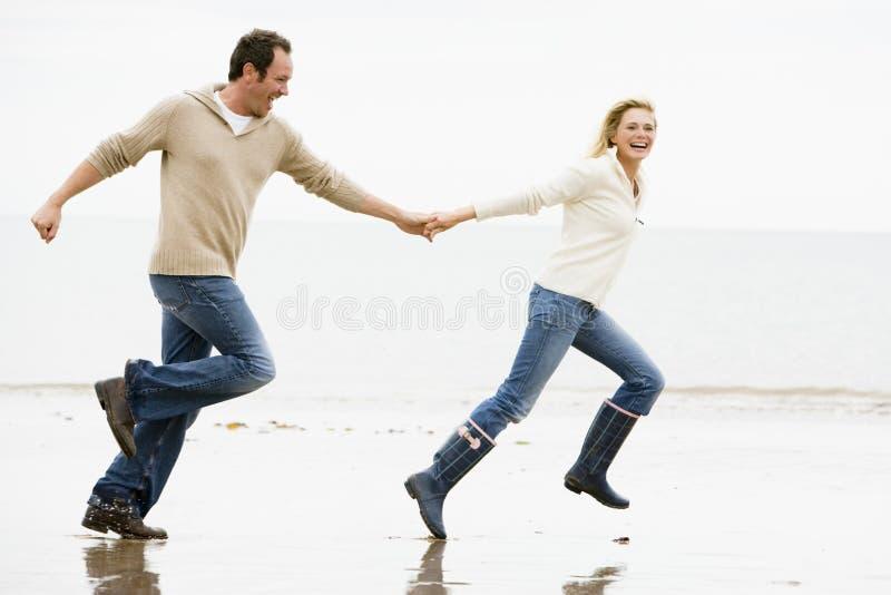beach couple hands holding running στοκ φωτογραφία με δικαίωμα ελεύθερης χρήσης
