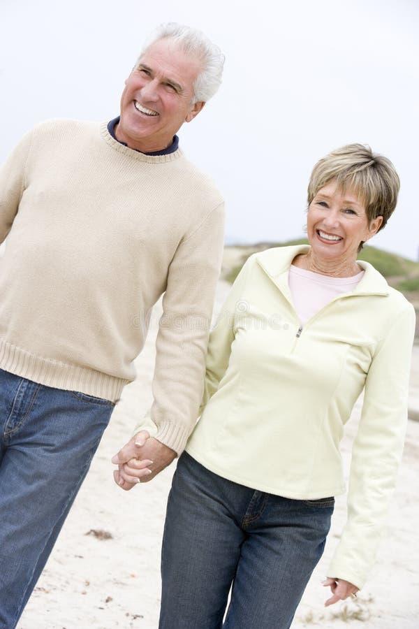 beach couple hands holding smiling στοκ φωτογραφία