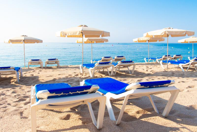 beach de lloret 3月 Fenals platja 伞和轻便马车休息室 库存照片