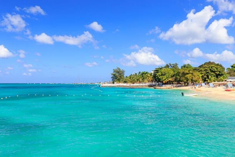 Beach at Doctor's grot in Montego Bay Jamaica stock afbeeldingen