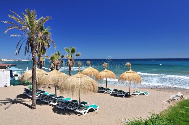 Beach in het populaire resort van Marbella in Spanje, Costa del Sol, regio Andalusië, provincie Malaga stock foto's