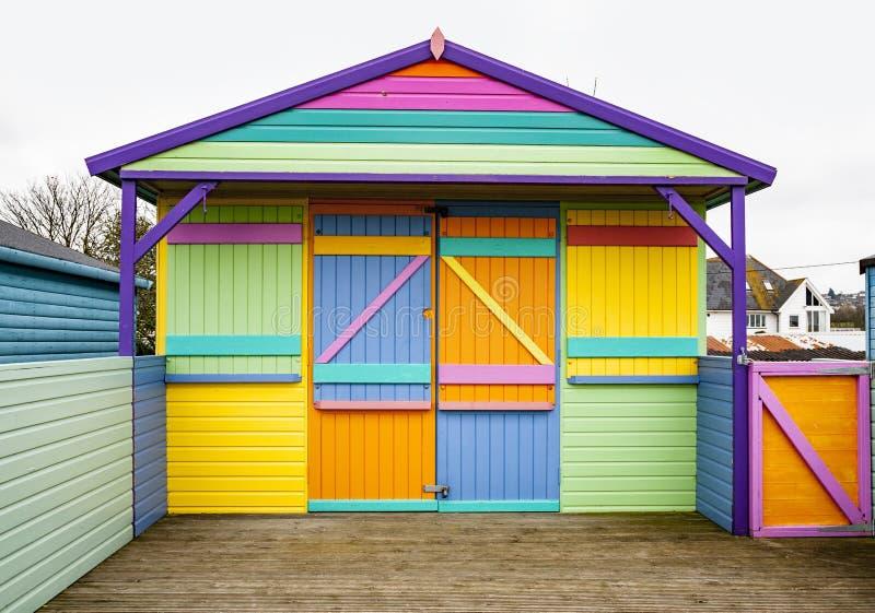 Beach hut med originalfärgad design på Whitstable, Kent, Förenade kungariket arkivbilder