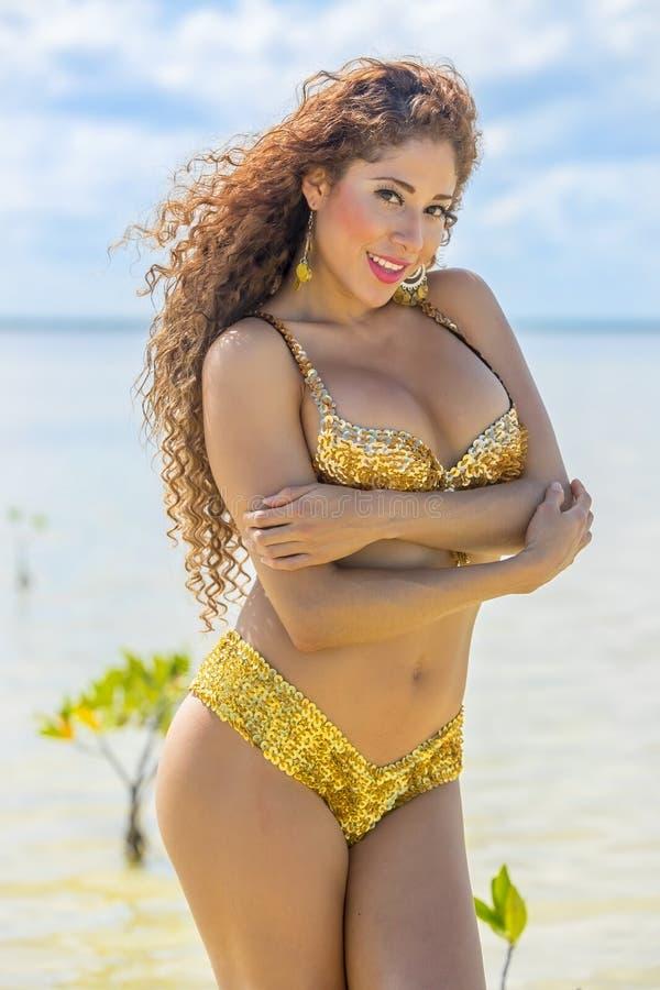 At The Beach modelo moreno hispánico imagen de archivo
