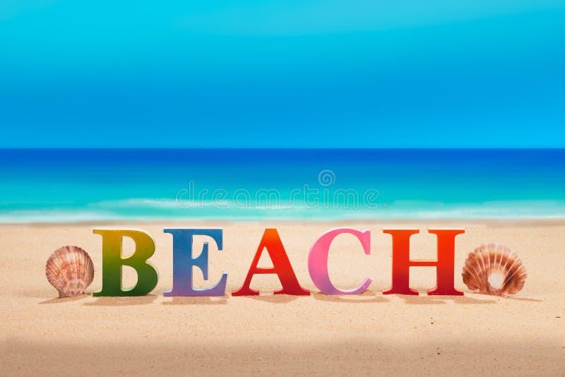 @beach scritto nelle lettere di legno variopinte alla spiaggia fotografie stock libere da diritti