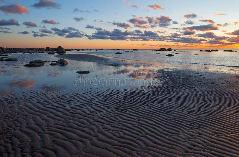 Beach sunset is gouden hemel met golven die naar de kust rollen royalty-vrije stock foto's