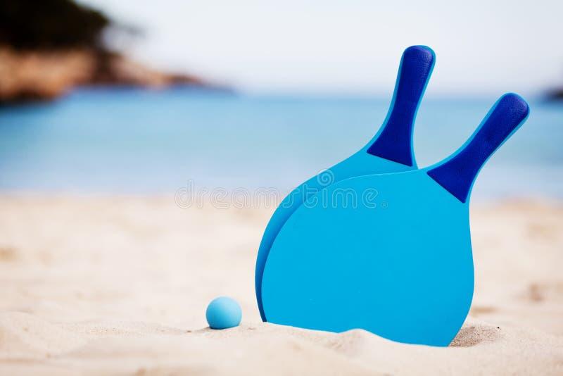 Beachball di natura morta di estate sulla vacanza della spiaggia fotografia stock