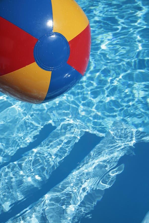 Beachball en una piscina azul hermosa foto de archivo libre de regalías
