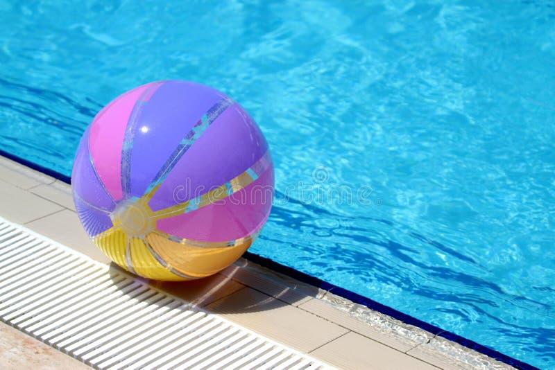 Download Beachball Und Schwimmbad. Sommerferien Stockfoto - Bild von sonnenschein, schwimmen: 26354022