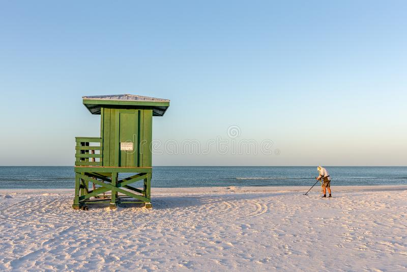 Beachcomber και σταθμός Lifeguard σε μια παραλία ξημερωμάτων στοκ εικόνες
