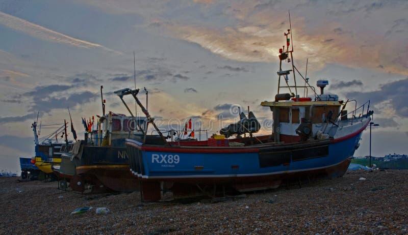 Beached Fischerboote bei Hastings, Sussex England lizenzfreies stockbild
