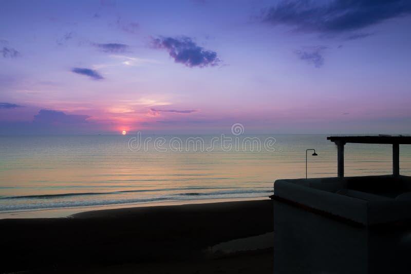 Beachfront byggnad med härlig soluppgång royaltyfria foton