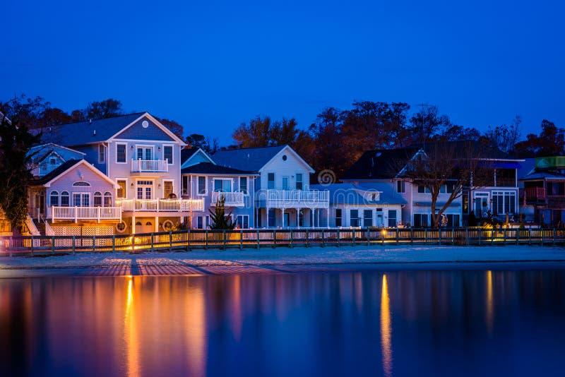 Beachfront hus på natten, i den norr stranden, Maryland royaltyfri fotografi